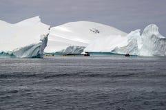 Canottaggio fra gli iceberg antartici Immagini Stock Libere da Diritti