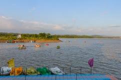 Canottaggio nel lago Immagini Stock