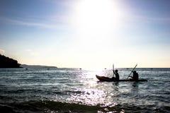 Canottaggio sui precedenti del mare Fotografia Stock