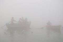 Canottaggio sul Gange con nebbia densa Fotografia Stock