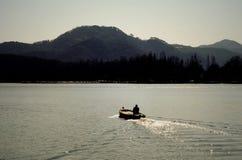 Canottaggio sul lago ad ovest Fotografia Stock Libera da Diritti