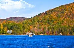 Canottaggio sul lago in autunno fotografia stock