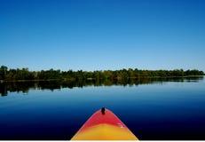 Canottaggio sul lago blu Immagini Stock Libere da Diritti