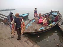 Canottaggio a Varanasi Immagini Stock