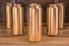 Cans av öl på tabellen royaltyfri foto