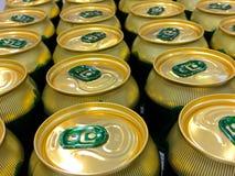 Cans av öl som väntar för att öppnas Royaltyfria Foton