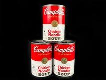 Cans av Campbell ` s blir rädd nudelsoppa arkivbilder