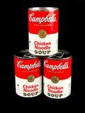 Cans av Campbell ` s blir rädd nudelsoppa fotografering för bildbyråer