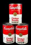 Cans av Campbell ` s blir rädd nudelsoppa arkivfoton