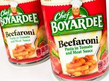 Cans av kocken Boyardee Beefaroni på en vit bakgrund royaltyfri foto