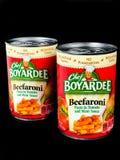 Cans av kocken Boyardee på en svart bakgrund arkivfoton