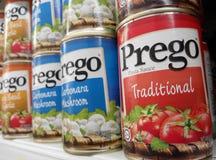 Cans av Prego pastasås Fotografering för Bildbyråer