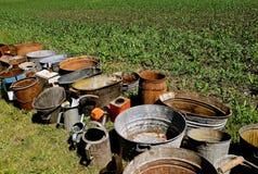 Cans, hinkar, krukor och korgar som visas för en auktion Arkivbild