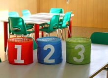 Cans med stora antal på skrivbordet i klassrumet Royaltyfria Bilder