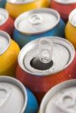 cans stänger upp kulört mång- ett öppet sodavatten royaltyfri fotografi