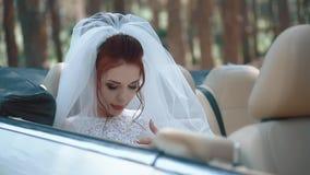 Cansado de sesiones de foto, la novia se sienta en un cabriol?, primer, c?mara lenta almacen de metraje de vídeo