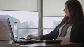 Cansado del agua de trabajo de In Office Drinking del hombre de negocios de la mujer embarazada de la botella almacen de metraje de vídeo