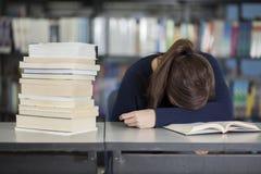 Cansado do estudo na biblioteca imagens de stock