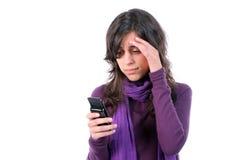 Cansado joven y con el dolor de cabeza, lectura sms encendido él Foto de archivo libre de regalías