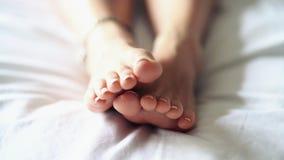 Cansancio del pie despu?s de un d?a duro y de un masaje de relajaci?n almacen de video