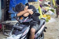Cansancio en el mercado, pueblo Toyopakeh, Nusa Penida 17 de junio Indonesia 2015 Imágenes de archivo libres de regalías