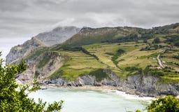Cantabria landskap med kullen, fältet och den plötsliga kusten av Atlanticet Ocean Royaltyfria Bilder