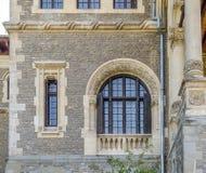 Cantacuzino与美丽的被成拱形的窗口的宫殿门面 库存图片