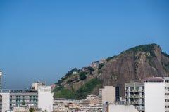 Cantagalo小山看法,与它的favela Pavao Pavaozinho,看见从豪华旅馆屋顶copacabana的 免版税库存照片