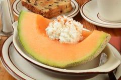 Cantaloup avec du pain grillé de raisin sec Images libres de droits