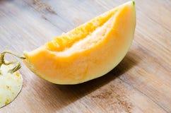 Cantaloup coupé en tranches frais sur le fond en bois Images stock