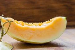 Cantaloup coupé en tranches frais sur le fond en bois photographie stock