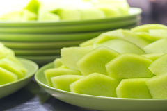 Cantaloup vert clair de beaucoup de morceaux de plat vert Photos stock