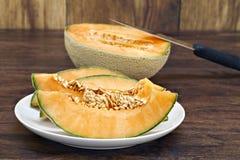 Cantaloupe cortado em uma placa foto de stock royalty free
