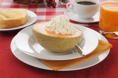 Cantaloupe med rostat bröd och kaffe arkivfoto