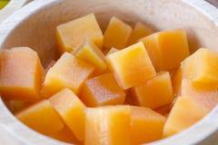 Cantaloupmelon i träbunke Arkivfoto