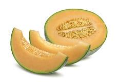 Cantaloupmelonmelon- och styckhorisontal som isoleras på vit Arkivfoto