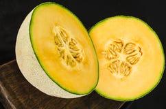 Cantaloupmelonmelon som klipps i halva Arkivbilder
