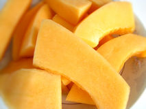 Cantalupo affettato e sbucciato Fotografie Stock Libere da Diritti