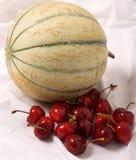 Cantalupo y cerezas Imágenes de archivo libres de regalías
