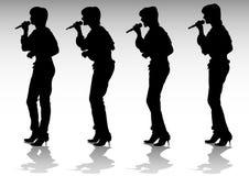 Cantando con un microfono Immagine Stock