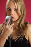 Cantando nel microfono dell'annata Fotografia Stock Libera da Diritti