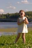 Cantando sulla banca del fiume Fotografie Stock Libere da Diritti