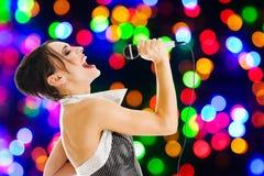 Cantante ad un randello di notte fotografie stock libere da diritti