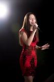 Cantante apasionado en vestido rojo Imágenes de archivo libres de regalías