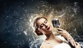 Cantante biondo femminile Fotografie Stock Libere da Diritti