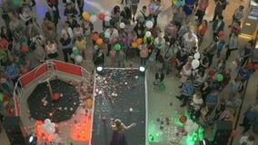 Cantante canta durante il giorno di apertura del centro commerciale stock footage