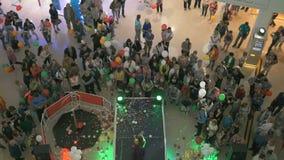 Cantante canta durante il giorno di apertura del centro commerciale archivi video