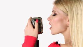 Cantante canta in un retro microfono Priorità bassa bianca Vista laterale Fine in su video d archivio