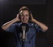 Cantante caucásico joven Recording Album en el perno prisionero profesional Imagen de archivo libre de regalías