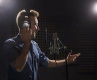 Cantante caucásico joven Recording Album en el perno prisionero profesional Imagenes de archivo